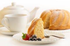 Rebanada de torta con té de tarde Foto de archivo