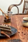 Rebanada de torta cruda del tiramisu en una placa marrón imagen de archivo