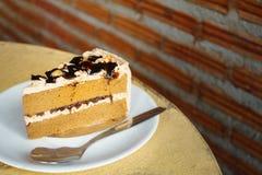 Rebanada de torta de café en plato en la tabla de madera Imagenes de archivo