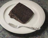 Rebanada de torta de chocolate con la bifurcación de plata Imagen de archivo libre de regalías