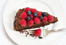 Rebanada de torta de chocolate con las bayas Foto de archivo libre de regalías