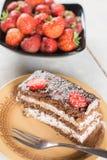 Rebanada de torta de chocolate con las fresas frescas en la placa Imagen de archivo