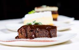 Rebanada de torta de chocolate dulce con el jarabe de chocolate Imágenes de archivo libres de regalías