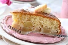 Rebanada de torta de esponja hecha en casa de la manzana en la placa rosada Foto de archivo