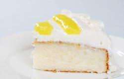 Rebanada de torta de la vainilla del limón fotografía de archivo