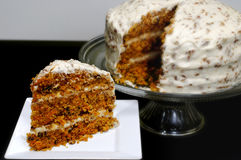 Rebanada de torta de zanahoria con la torta entera Imagenes de archivo
