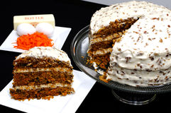 Rebanada de torta de zanahoria con los ingredientes Imágenes de archivo libres de regalías