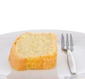 Rebanada de torta hecha en casa fresca de la mantequilla en una placa Fotografía de archivo