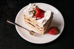 Rebanada de torta de la fresa con la fresa fresca Fotos de archivo