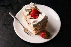 Rebanada de torta de la fresa con la fresa fresca Fotos de archivo libres de regalías