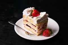 Rebanada de torta de la fresa con la fresa fresca Imagenes de archivo