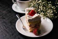 Rebanada de torta de la fresa con la fresa fresca Imagen de archivo