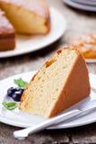Rebanada de torta de la vainilla con el atasco anaranjado foto de archivo