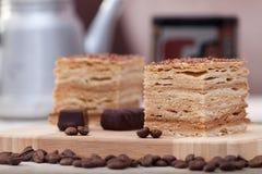 Rebanada de torta de miel acodada con los granos de café Foto de archivo libre de regalías
