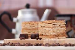 Rebanada de torta de miel acodada con los granos de café Fotografía de archivo libre de regalías