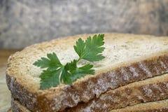 Rebanada de un pan del trigo integral Fotografía de archivo