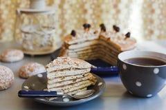 Rebanada de una torta con té Imagen de archivo libre de regalías