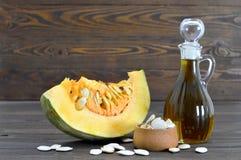 Rebanada del aceite y de la calabaza de semilla de calabaza Fotografía de archivo libre de regalías