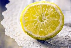 Rebanada del limón en la tabla con el mantel Fotos de archivo