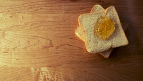 Rebanada del pan con el atasco anaranjado Fotografía de archivo libre de regalías