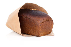 Rebanada del pan de Rye en el empaquetado de papel Imagenes de archivo