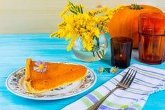 Rebanada del pastel de calabaza de la acción de gracias en la tabla de madera azul Fotografía de archivo libre de regalías