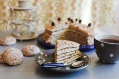 Pedazo de una torta con té Fotos de archivo libres de regalías
