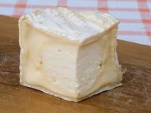 Rebanada del queso en la tabla de cortar 2 Foto de archivo