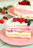 Rebanada deliciosa de torta del helado de tres capas de la fruta foto de archivo