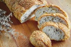 Rebanada entera fresca del pan del grano o del pan de centeno con la taza de té y el frui Foto de archivo libre de regalías
