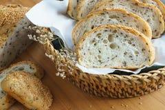Rebanada entera fresca del pan del grano o del pan de centeno con la taza de té y el frui Imagenes de archivo