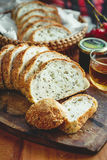 Rebanada entera fresca del pan del grano o del pan de centeno con la taza de té y el frui Fotos de archivo