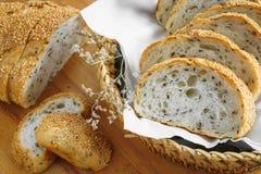 Rebanada entera fresca del pan del grano o del pan de centeno con la taza de té y el frui Foto de archivo