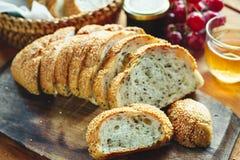 Rebanada entera fresca del pan del grano o del pan de centeno con la taza de té y el frui Fotografía de archivo