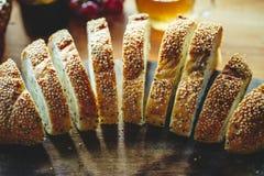 Rebanada entera fresca del pan del grano o del pan de centeno en backg de madera de la tabla Imagenes de archivo