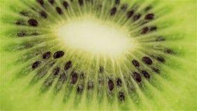 Rebanada giratoria del kiwi, macro Alimento biológico fresco y sano almacen de metraje de vídeo