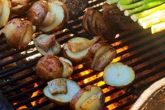 Rebanada grande de patatas del Pueblo-estilo en parrilla caliente del carbón de leña del Bbq Fotos de archivo