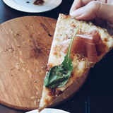 Rebanada pasada de pizza del jamón de Parma Foto de archivo libre de regalías