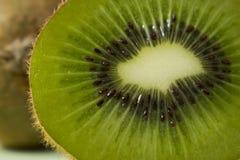 Rebanada verde hermosa y jugosa del kiwi fotografía de archivo