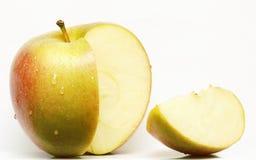 Rebanada verde y roja de la manzana en el fondo blanco Fotos de archivo