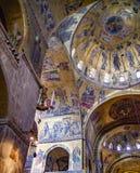 Rebanada vertical de basílica del ` s de St Mark de la bóveda, del cubo y del transepto fotos de archivo libres de regalías
