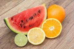 Rebanada y frutas de la sandía Imagen de archivo libre de regalías