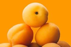 Rebanadas amarillas del melocotón en la placa aislada en amarillo Imagenes de archivo