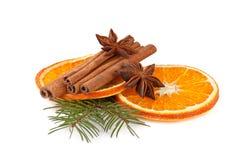 Rebanadas anaranjadas, canela con la ramificación del abeto en blanco Foto de archivo libre de regalías