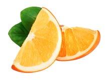 Rebanadas anaranjadas con la hoja aislada en el fondo blanco Foto de archivo libre de regalías