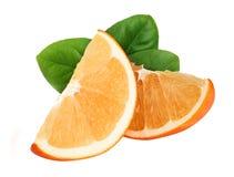 Rebanadas anaranjadas con la hoja aislada en el fondo blanco Imagenes de archivo