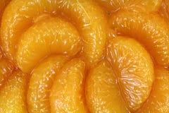 Rebanadas anaranjadas en jugo Imagenes de archivo