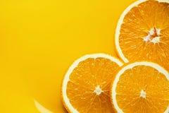 Rebanadas anaranjadas en una placa fotos de archivo libres de regalías
