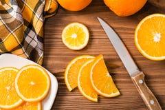 Rebanadas anaranjadas en una tabla de madera Foto de archivo