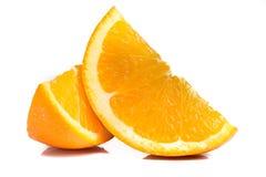 Rebanadas anaranjadas frescas aisladas en blanco Imagen de archivo libre de regalías